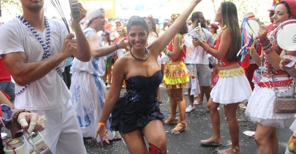"""22.fev.2014- A coleguinha do """"Caldeirão do Huck"""", Mari Silvestre, é a rainha de bateria do bloco carioca Imaginô? Agora amassa! que desfilou na manhã deste sábado pelas ruas do Leblon"""