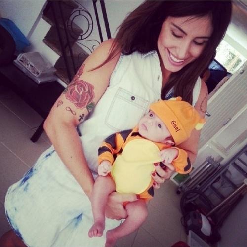 22.fev.2014- Jaque Khury posa com o filho Gael com fantasia de tigre. O menino completa um mês na segunda-feira, 24/02