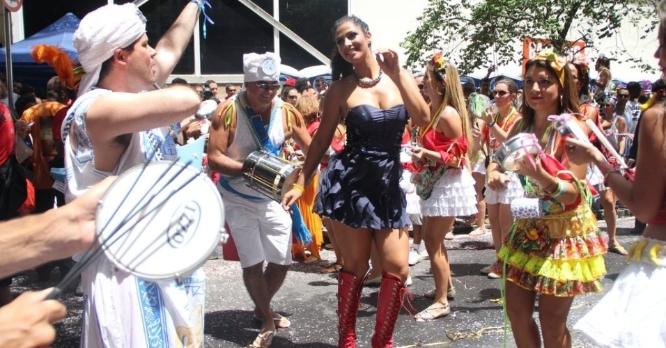 22.fev.2014- Mari Silvestre é a rainha de bateria do bloco carioca Imaginô? Agora amassa! que desfilou na manhã deste sábado pelas ruas do Leblon