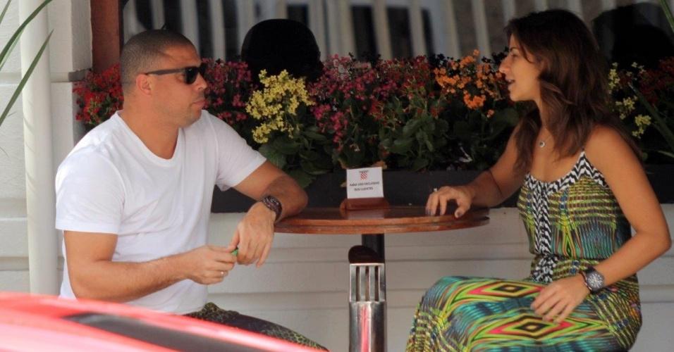 22.fev.2014- Ronaldo e Paula Morais almoçam juntos em restaurante de Ipanema, zona sul do Rio. Enquanto aguardavam o carro, o ex-jogador foi tietado na rua