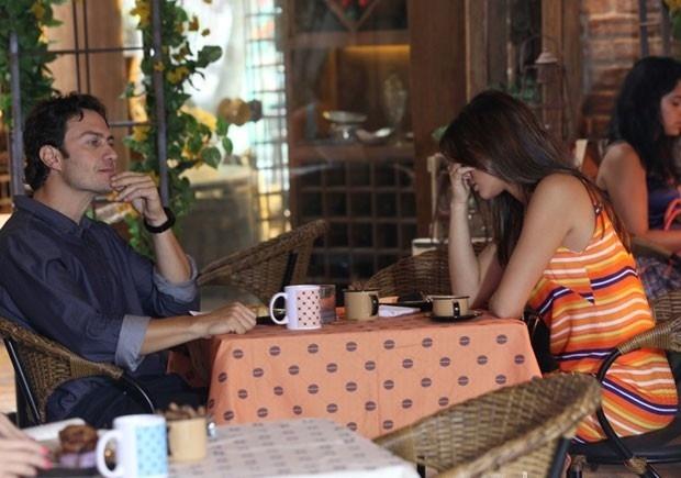Luiza não esconde a irritação durante conversa com Laerte