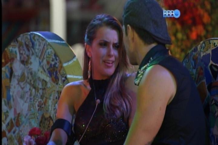 23.fev.2014 - Angela conta para Marcelo que pensa em dar anjo para Valter, mas tem medo de desperdiçar por ele não ser ameaçado pelo restante