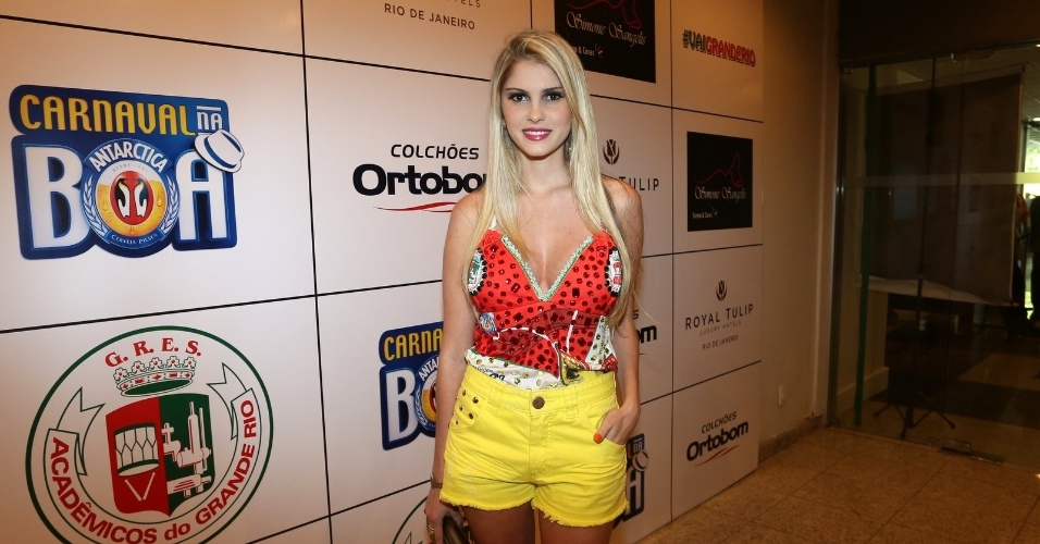 23.fev.2014 - Bárbara Evans na Feijoada da Grande Rio no Hotel Royal Tulip, em São Conrado, na Zona Sul do Rio de Janeiro, na tarde deste domingo (23)