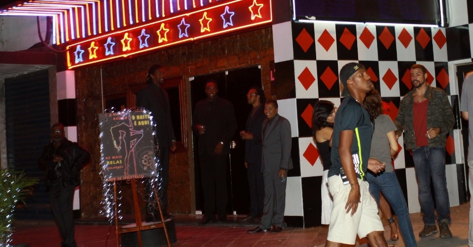 23.fev.2014 - Cauã Reymond é assediado por fãs durante gravação de minissérie no Rio. O ator causou o maior frisson ao deixar a casa noturna em que foram feitas as cenas de