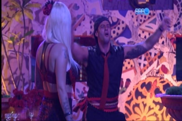 23.fev.2014 - Clara ironiza Marcelo e diz que ele dança sempre esperando a aprovação de Roni