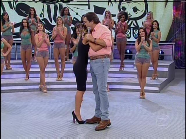 23.fev.2014 - Letícia abraça Fausto Silva durante participação no programa