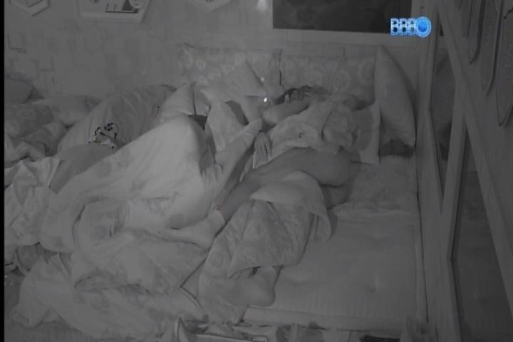 23.fev.2014 - Peladão na cama, Diego grita no quarto