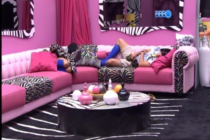 23.fev.2014 - Roni e Tatiele dormem na sala vestidos de escoteiros, figurino do castigo do mostro desta semana