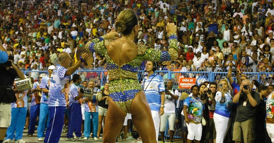 23.fev.2014 - Sabrina Sato durante o ensaio técnico da Vila Isabel. A rainha de bateria da agremiação carioca chamou atenção do público no ensaio da escola na noite deste domingo (23), na Marquês de Sapucaí no Rio