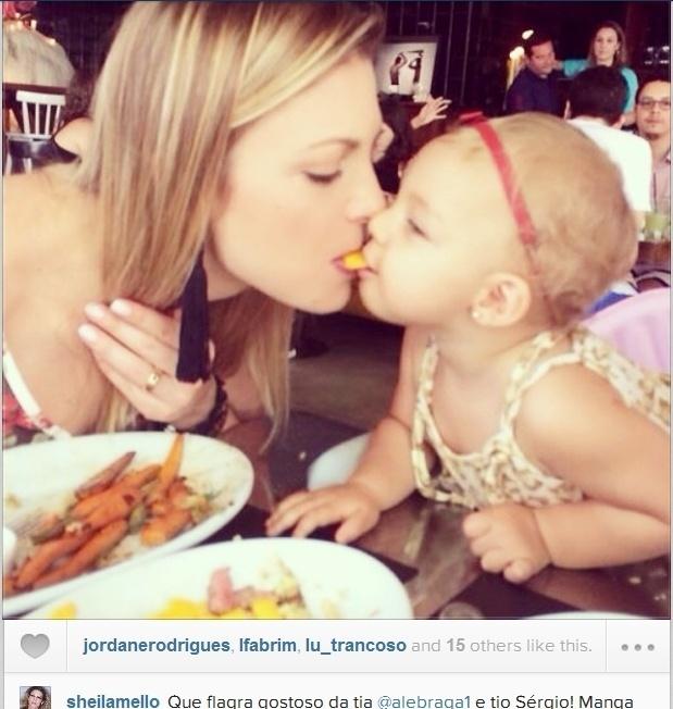 """23.fev.2014- Durante almoço, Sheila Mello divide alimento com a filha Brenda: """"Manga assim vem mais saborosa!"""", escreveu ela no Instagram"""