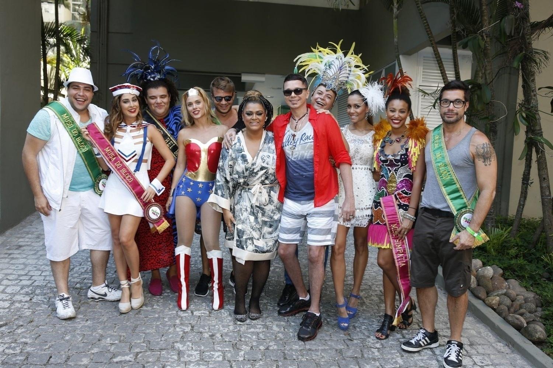 23.fev.2014- Preta Gil posa com seus convidados famosos antes de seguir para seu bloco no Centro do Rio