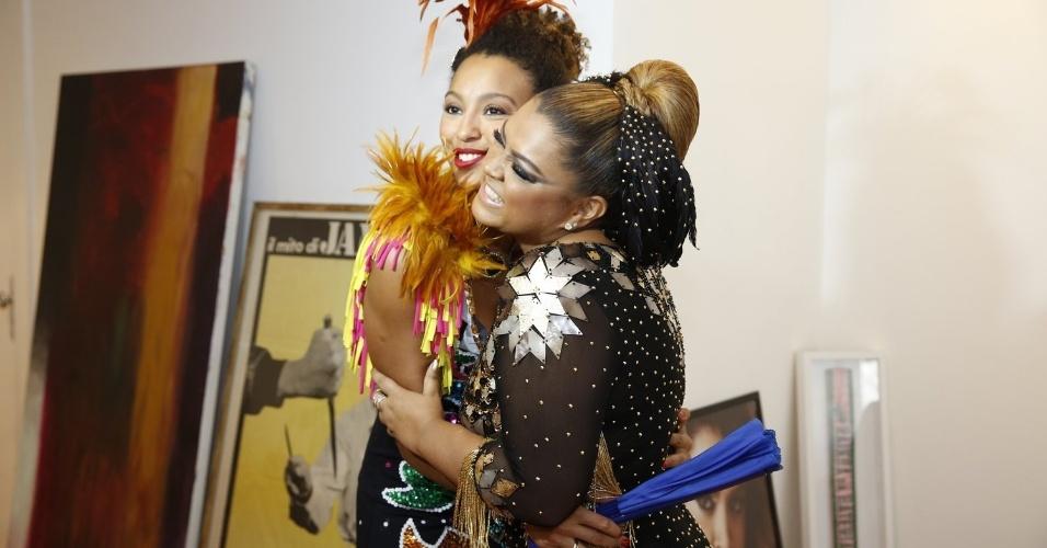 23.fev.2014- Preta Gil se prepara para seu bloco e recebe convidados famosos em sua casa. A cantora é abraçada por Sheron  Menezes