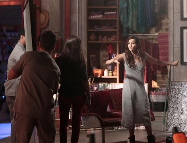 Marina só quer mostrar a foto do ensaio no dia do aniversário de Clara