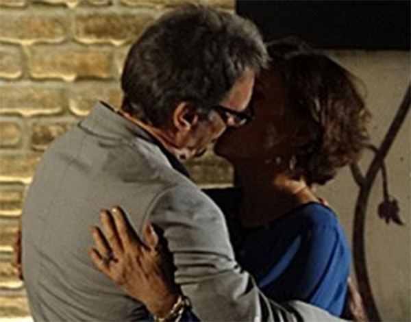 Ricardo e Chica se trocam beijo apaixonado antes de noite de amor