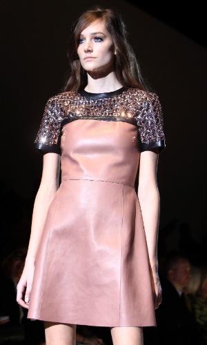 1bda163cf 2 32. Comunicar erro. 19.fev.2014 - Desfile da Gucci na semana de moda de  Milão exibe vestido ...