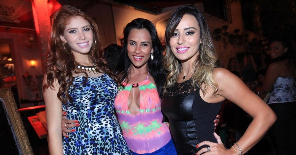 23.fev.2014 - 23.fev.2014 - Amanda e Letícia encontram a ex-BBB Kelly em restaurante de São Paulo após a participação da mineira no programa