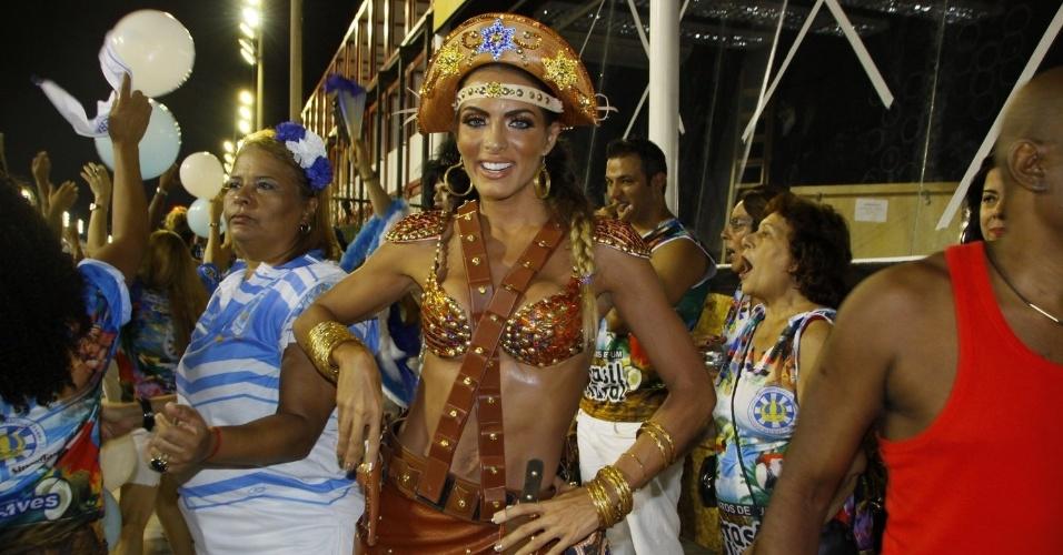 24.fev.2014 - 23.fev.2014 - Carla Prata durante o ensaio técnico da Vila Isabel, na noite deste domingo (23), na Marquês de Sapucaí no Rio