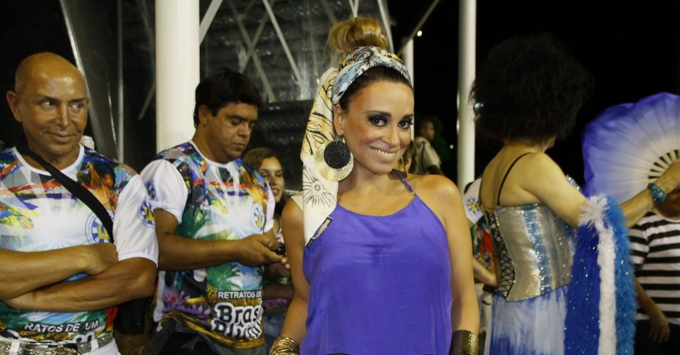 24.fev.2014 - 23.fev.2014 - Suzana Pires durante o ensaio técnico da Vila Isabel, na noite deste domingo (23), na Marquês de Sapucaí no Rio