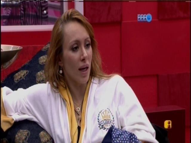 24.fev.2014 - Aline conversa com Franciele sobre voto em Diego