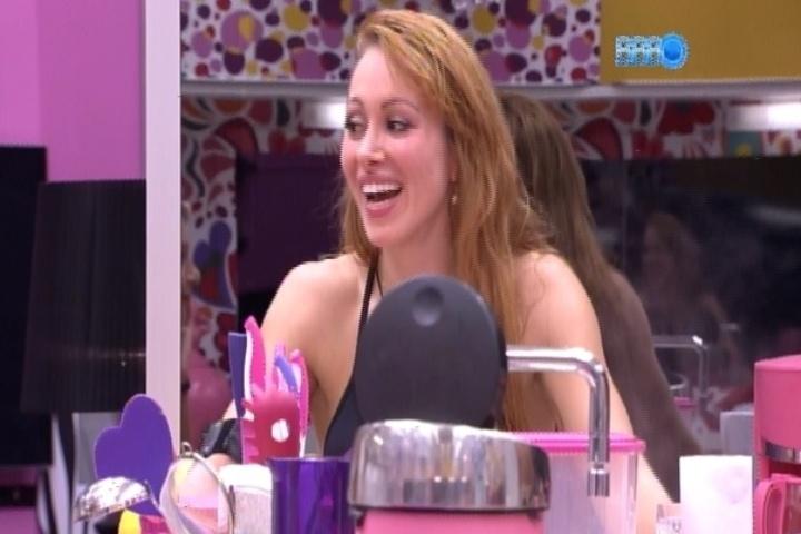 24.fev.2014 - Aline diz que gostaria de sair em desfile de escola de samba como Ana Furtado, mulher do diretor Boninho