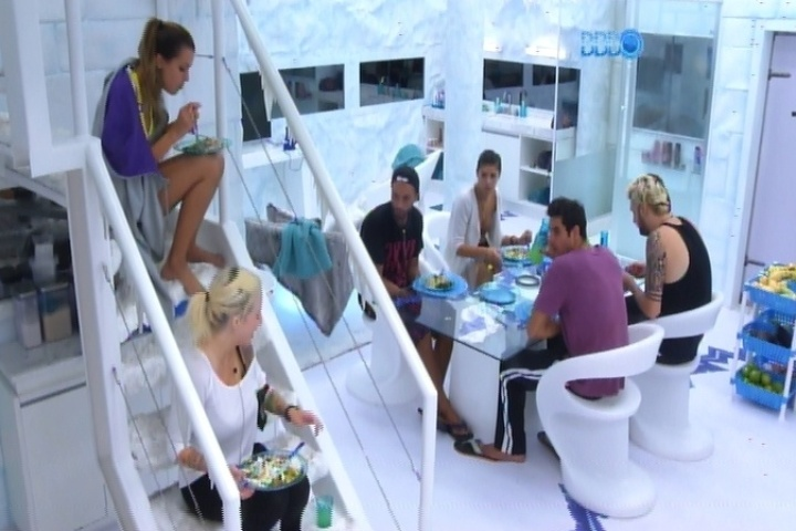 24.fev.2014 - Angela e Clara almoçam na escada na cozinha da Sibéria enquanto brothers comem na mesa