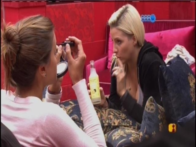 24.fev.2014 - Angela e Clara passam maquiagem