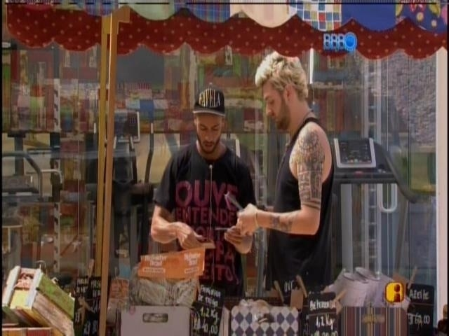24.fev.2014 - Cássio e Valter fazem as compras da xepa