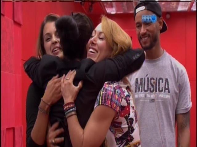 24.fev.2014 - Fabíula Nascimento se despede de Angela, Aline e Valter