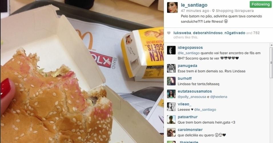 """24.fev.2014 - Fora da casa, Letícia saiu da dieta ao comer um lanche bem calórico. """"Pelo batom no pão, adivinha quem tava comendo sanduíche?!?! Lele fitness!"""", escreveu a mineira"""