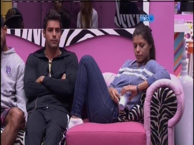 24.fev.2014 - Franciele discute com Diego por causa de cigarro