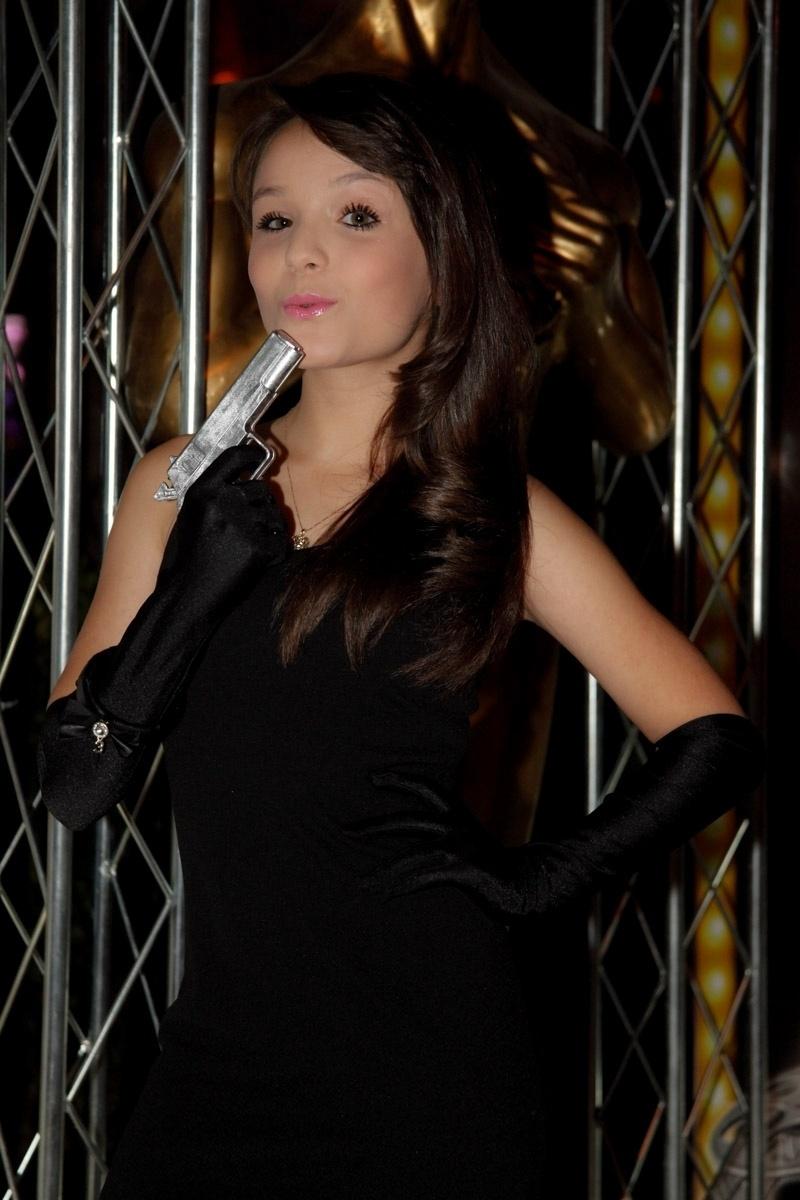 24.fev.2014 - Larissa Manoela prestigiou o aniversário de 13 anos de Filipe Bragança, ator de