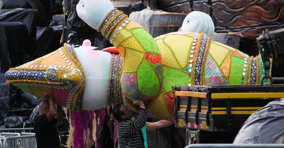 24.fev.2014 - O Sambódromo do Anhembi, em São Paulo, já recebe alegorias para os desfiles das escolas de samba, que acontecem nesta sexta-feira (28) e sábado (1º)