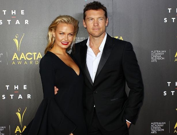 Sam Worthington com sua namorada, Lara Bingle, durante evento em Sidney, Austrália, em janeiro deste ano