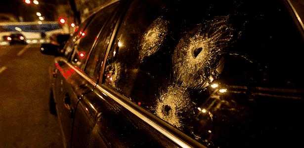 Carro blindado que foi alvo de tiros em Santo André (SP): vale a pena se sentir seguro se for à toa? - Avener Prado/Folhapress