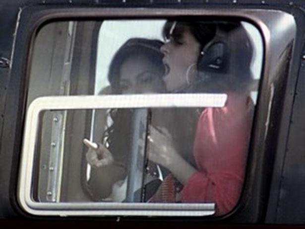 """""""Em Família"""", com medo, Clara viaja abraçada a Marina"""
