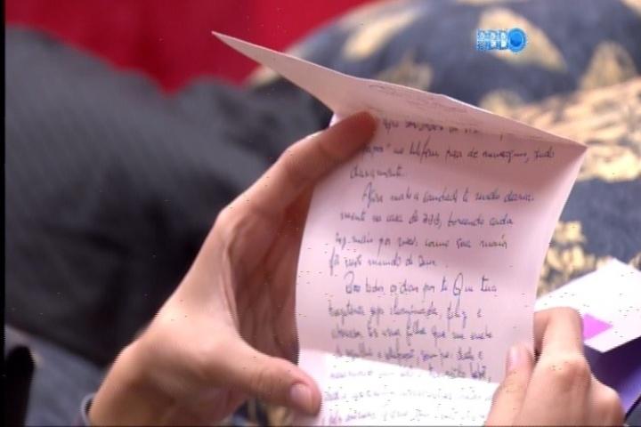25.fev.2014 - Angela lê carta que Aline ganhou de sua mãe no quarto do líder
