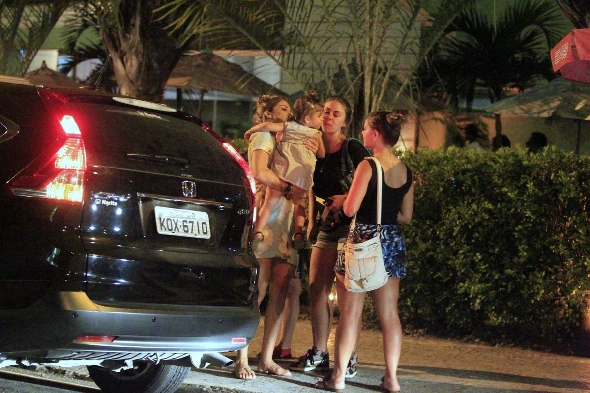24.fev.2014 - Grazi Massafera é clicada com a filha Sofia em um restaurante da Barra da Tijuca, no Rio. Depois do jantar, a atriz se despede das amigas