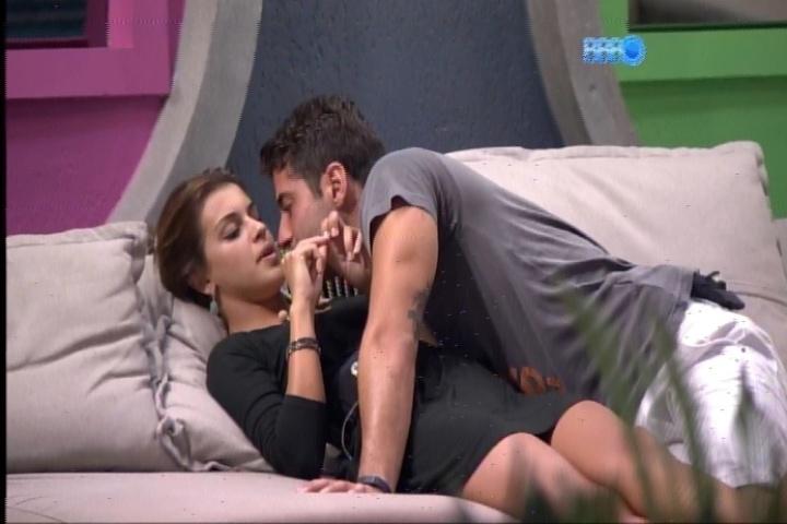 25.fev.2014 - Marcelo se aproxima Angela e quase dá um beijo na boca dela.