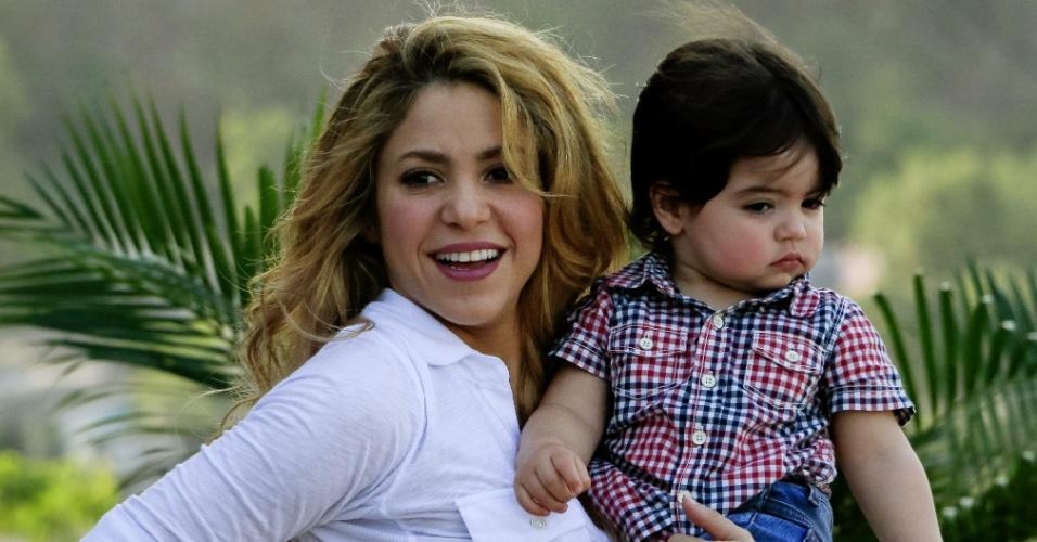 24.fev.2014 - Shakira levou o filho, Milan, em uma inauguração de uma escola em Cartagena, na Colômbia