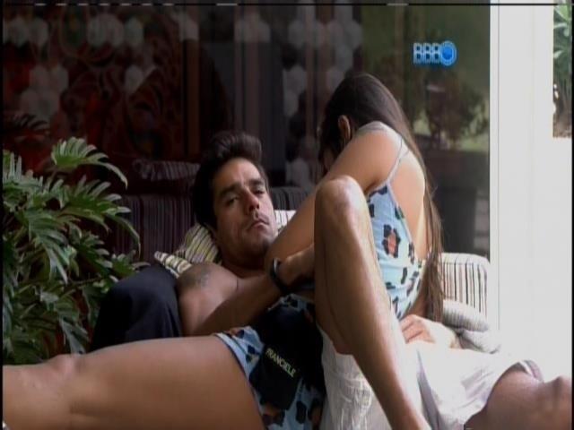25.fev.2014 - Diego e Franciele conversam pela manhã