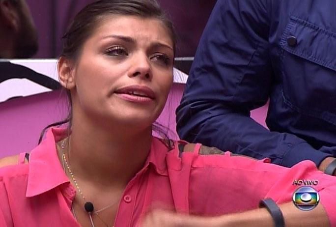 25.fev.2014  - Emocionadas, Franciele e Tatiele fazem discursos aos namorados Diego e Roni, respectivamente