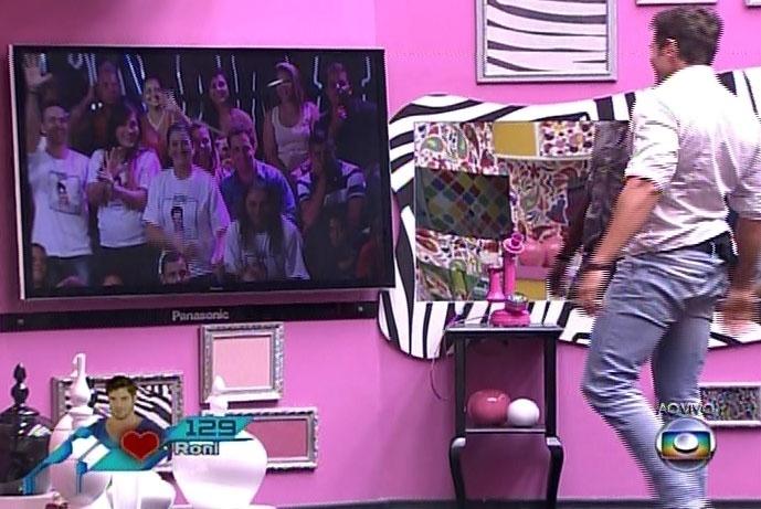 25.fev.2014 - Mais emotivo do que o rival Diego, Roni se emociona ao ver os familiares, que vieram do interior de São Paulo
