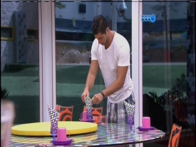 25.fev.2014 - Marcelo prepara café da manhã para Roni