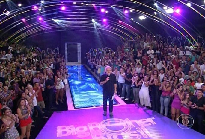 25.fev.2014 - O apresentador Pedro Bial inicia a edição, que irá definir o décimo eliminado de