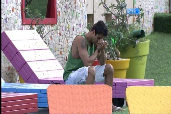 25.fev.2014 - Prestes a enfrentar um paredão, Diego levanta mais cedo, reza e medita no jardim da casa, na manhã desta terça-feira