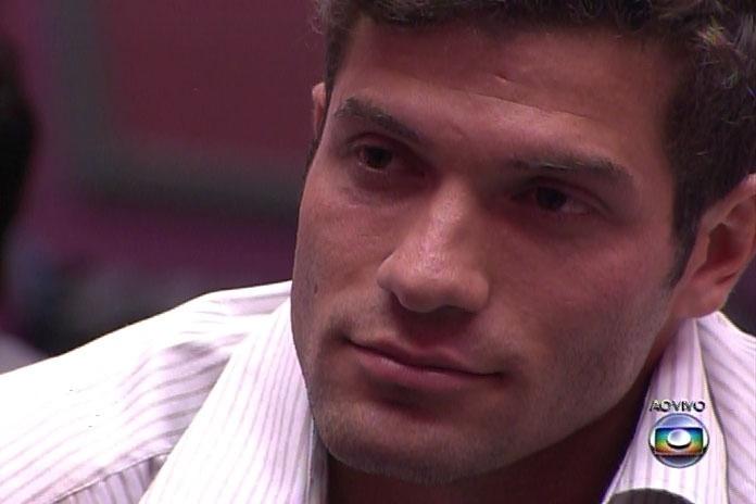"""25.fev.2014  - Roni e Diego são chamados para o anúncio final do décimo eliminado de """"Big Brother Brasil 14"""""""