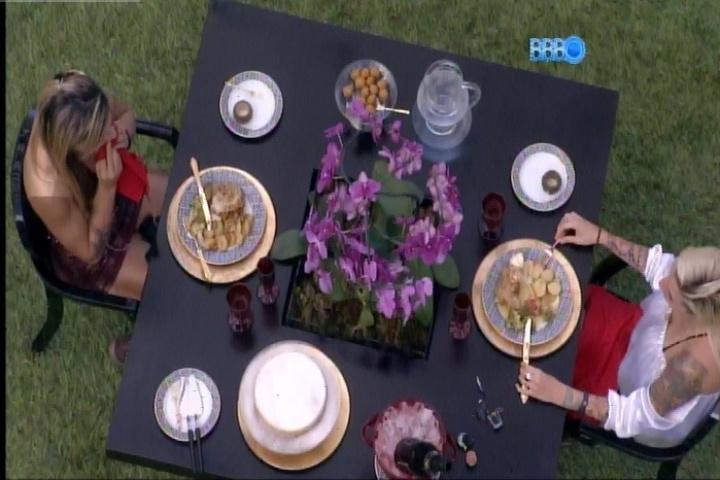 """25.fev.2014 - Vanessa e Clara almoçam no quintal da casa do """"BBB"""""""