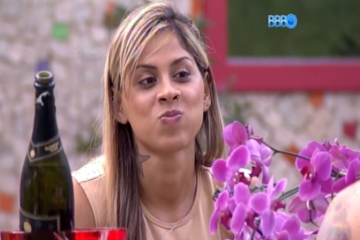 """25.fev.2014 - Vanessa e Clara detonam Letícia, que foi eliminada: """"Nós que somos santas"""""""