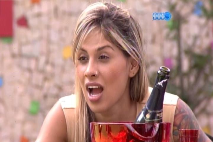 """25.fev.2014 - Vanessa finge cara de espanto quando Marcelo mostra a """"camisinha usada"""" que encontrou no bolso de seu roupão"""