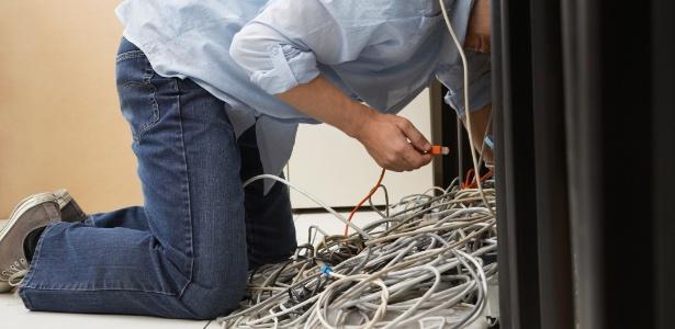Para evitar que os fios e cabos criem um emaranhado sob os móveis, organize-os e identifique-os  - Getty Images